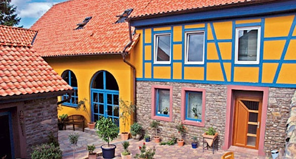 The home of the grape-grower Debelius: the colors of the Villa IKAN (neon blue and yellow ochre) echo those of the Blue-Ring Angelfish (Pomacanthus annularis).