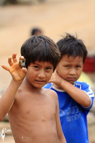 kids showing a snail (Copy) (Copy)