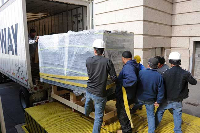 Fabricated in California, the 900-gallon acrylic display tank arrives by truck.