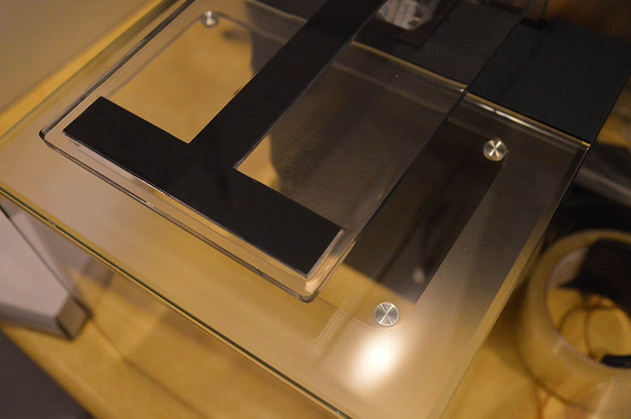 The glass cover won't warp like an acrylic version would.  4 metal feet help create a very precise fit for the lid. However, the use of metal here (and possibly in the zipper bag) could preclude use of this aquarium as a nano marine tank.