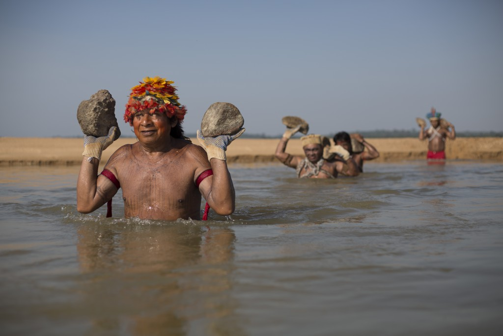 Greenpeace activists and Munduruku Indians use stones to form the Tapajós Free phrase on a sandy beach on the banks of the eponymous river, near the city of Itaituba, in Pará. The protest, which was attended by about 60 Mundurukú, It occurred in the region where the government plans to build the first of a series of five dams in the Tapajós basin. (Photo Greenpeace / Marizilda Cruppe 11/26/2014) - CC BY 2.0 via Fllckr