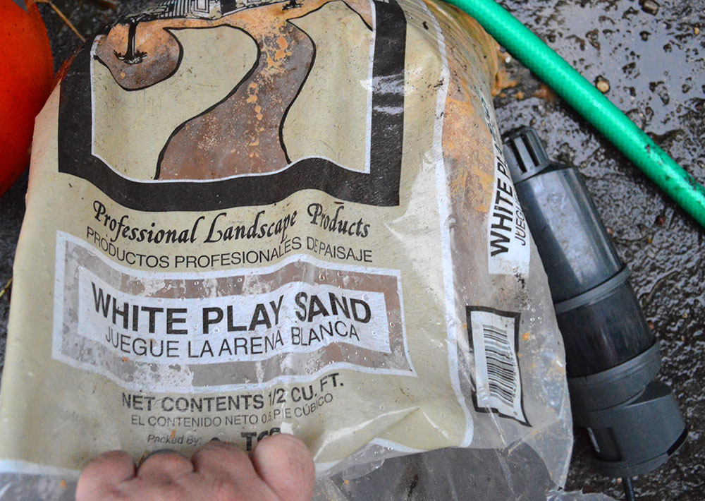 White play sand was selected for the substrate; the internal power filter, a Sicce Shark, sits to the right, ready to be installed.