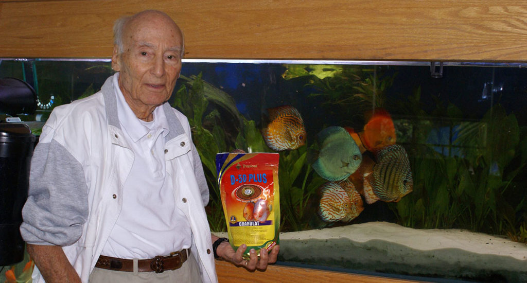 Jack Wattley showcasing the Tropical Discus Gran D-50 Plus fish food.